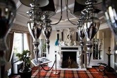 Hemtrevligt rum med spis- och spegelljuskronan arkivfoto