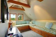 Hemtrevligt rum med tv Royaltyfri Foto