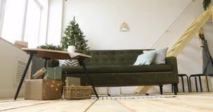 Hemtrevligt rum som dekoreras för jul stock video