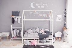 Hemtrevligt sovrum för barn` s i scandinavian stil med diy tillbehör arkivbilder
