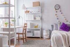 Hemtrevligt sovrum för ung kvinna Arkivbild