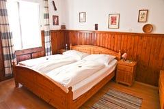 Hemtrevligt sovrum i Hallstatt Arkivbild