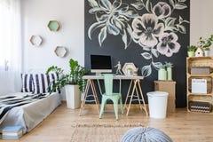 Hemtrevligt sovrum med garnering arkivbilder