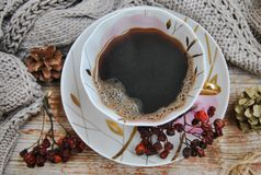 Hemtrevligt vinterkaffe Porslinkopp med svart kaffe på en bakgrund av gamla träbräden Royaltyfri Fotografi