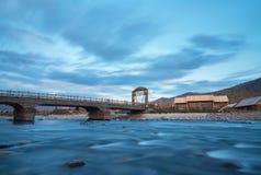 Hemubrug en rivier bij schemer royalty-vrije stock foto's