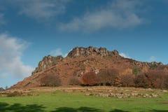 Hen Cloud automnal contre un beau ciel bleu aux gardons en parc national de secteur maximal photographie stock libre de droits