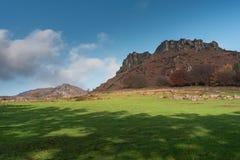 Hen Cloud automnal contre un beau ciel bleu aux gardons en parc national de secteur maximal photo stock