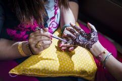 Hena vestindo da noiva Foto de Stock Royalty Free