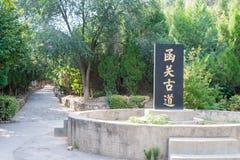 HENAN KINA - Augusti 20 2015: Forntida väg på det Hangu passerandet scenisk Ar Arkivbild