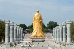 HENAN KINA - Augusti 20 2015: Laozi staty på det Hangu passerandet scenisk Ar Fotografering för Bildbyråer