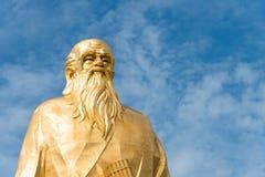 HENAN KINA - Augusti 20 2015: Laozi staty på det Hangu passerandet scenisk Ar Arkivfoto