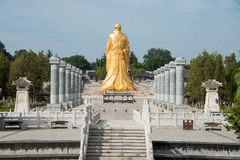 HENAN KINA - Augusti 20 2015: Laozi staty på det Hangu passerandet scenisk Ar Arkivfoton