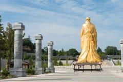 HENAN KINA - Augusti 20 2015: Laozi staty på det Hangu passerandet scenisk Ar Arkivbilder