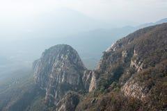 HENAN KINA - November 03 2015: Mt Songshan sceniskt område ett berömt högt Royaltyfri Bild