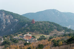 HENAN KINA - November 03 2015: Mt Songshan sceniskt område ett berömt högt Arkivbild