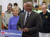 HENDERSON, NV - 14 OKTOBER, 2015: Democratisch U S presidentiële kandidaat & vroegere Staatssecretaris langs geïntroduceerd Hilla stock fotografie