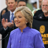 HENDERSON NV - OKTOBER 14, 2015: Demokratisk U S presidentkandidat- & gamlautrikesministern Hillary Clinton ler på Int royaltyfri bild
