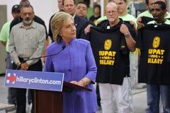 HENDERSON NV - OKTOBER 14, 2015: Demokratisk U S presidentkandidat- & gamlautrikesministern Hillary Clinton lyssnar till qu Royaltyfri Fotografi