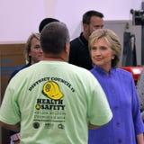 HENDERSON NV - OKTOBER 14, 2015: Demokratisk U S presidentkandidat- & gamlautrikesministern Hillary Clinton skakar händer royaltyfri bild