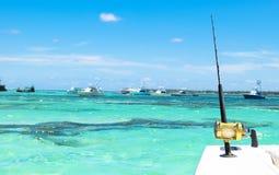 Hengel in een boot van de zoutwater privé motor tijdens visserijdag in blauwe oceaan Succesvol visserijconcept stock afbeeldingen