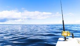 Hengel in een boot van de zoutwater privé motor tijdens visserijdag in blauwe oceaan Succesvol visserijconcept stock afbeelding