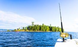 Hengel in een boot van de zoutwater privé motor tijdens visserijdag in blauwe oceaan Succesvol visserijconcept royalty-vrije stock afbeeldingen