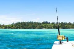 Hengel in een boot van de zoutwater privé motor tijdens visserijdag in blauwe oceaan Succesvol visserijconcept stock fotografie