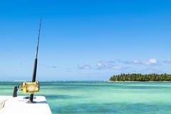 Hengel in een boot van de zoutwater privé motor tijdens visserijdag in blauwe oceaan Succesvol visserijconcept royalty-vrije stock foto