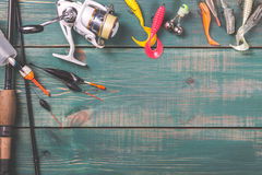 Hengels, vistuigen, spoel en visserijboeien op groene houten achtergrond met vrije ruimte Royalty-vrije Stock Foto's