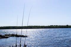 Hengelssilhouet tijdens zonsondergang Hengel tegen oceaan bij zonsondergang Hengel in een zoutwaterboot tijdens visserijdag binne royalty-vrije stock foto's