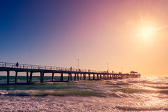 Henley Beach Jetty med folk på solnedgången Royaltyfria Bilder