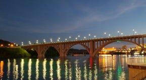 Henly街桥梁在晚上 免版税库存照片