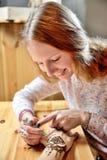 Hennè della pittura dell'artista di mehendi della giovane donna sulla mano Immagini Stock Libere da Diritti