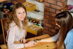 Hennè della pittura dell'artista di mehendi della giovane donna sulla mano Immagine Stock Libera da Diritti