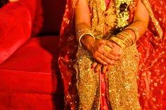 Henné sur des mains de jeunes mariées Photos libres de droits