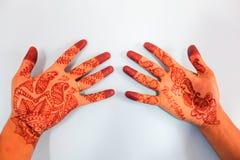 Henné sur la main du marié Image stock