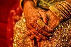 Henné sur des mains de jeunes mariées Photo stock