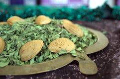 Henna και αμύγδαλο σε ένα με σχήμα μήλου πιάτο χαλκού Στοκ φωτογραφία με δικαίωμα ελεύθερης χρήσης