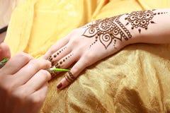 Henna να ισχύσει στοκ φωτογραφία