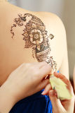 Henna που ισχύει στην πλάτη Στοκ φωτογραφία με δικαίωμα ελεύθερης χρήσης