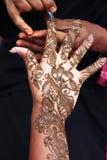 Henna artístico que projeta na mão Imagens de Stock