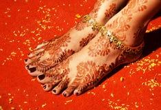 Henna Art et chaînes de cheville sur les pieds de la jeune mariée Image libre de droits
