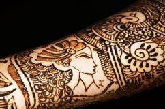 Henna Art på bruds arm Arkivfoton