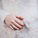 Henna Hand und der Ring der Braut Stockbilder