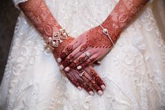 Henna hands cloe up anf indian bride Royalty Free Stock Photos