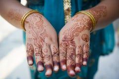 Henna Hands e braccialetti - nozze indiane Fotografia Stock Libera da Diritti