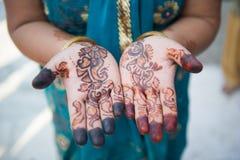 Henna Hands e pulseira - casamento indiano imagem de stock royalty free