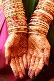 Henna Hands und Armbänder Stockfotografie