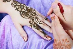 Henna het van toepassing zijn Stock Foto's