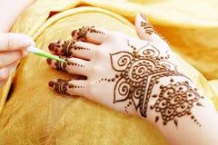Henna het van toepassing zijn Royalty-vrije Stock Afbeeldingen